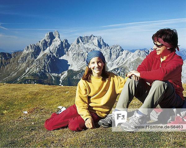 Frau und ihre Tochter sitzt am Berg  Österreich