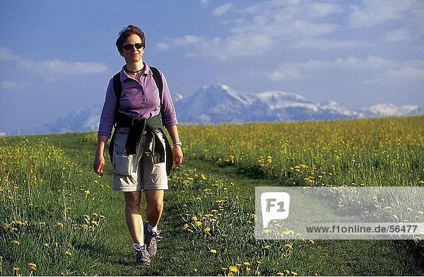 Frau zu Fuß in Wiese
