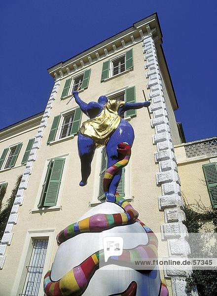 Untersicht Skulptur an Museum  Provence  Frankreich