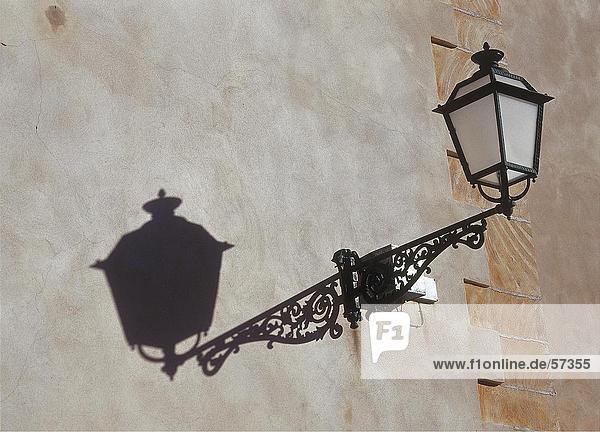 Untersicht Laterne montiert an Wand der Kirche  Mallorca  Balearen  Spanien