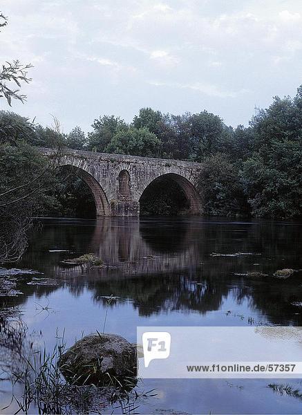 Bogenbrücke über einen Fluss  Portugal