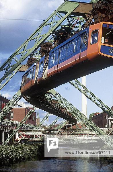 Aussetzung Monorail über Brücke  Wuppertal Schwebebahn  Fluss Wupper  Wuppertal  Nordrhein-Westfalen  Deutschland