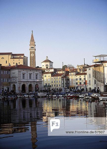 Reflexion der Gebäude in Wasser  Kathedrale von St. George  Piran  Slowenien