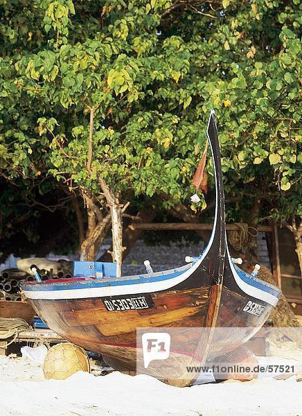 Dhoni am Strand  Malediven