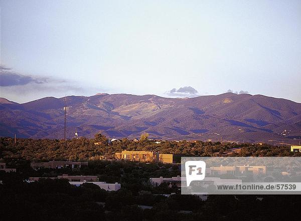 Gebäude auf eine Landschaft mit Bergen im Hintergrund  Santa Fe  New Mexico  USA