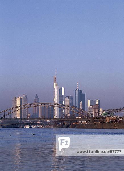 Brücke mit Skyline der Stadt im Hintergrund  Frankfurt am Main  Hessen  Deutschland