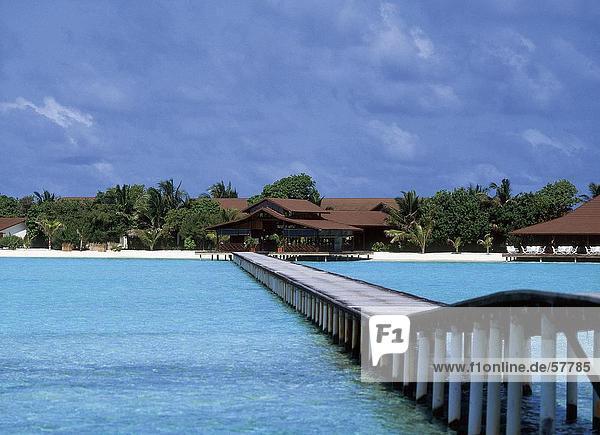 Pier in das Meer bei bewölktem Himmel  Dhigufinolhu  Malediven