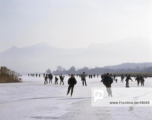 Menschen Eislaufen  Schafwaschener  Chiemsee See  oberen Bayern  Bayern  Deutschland