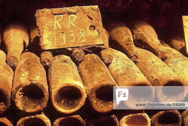 Nahaufnahme der Weinflaschen in staubigen Keller Nahaufnahme der Weinflaschen in staubigen Keller