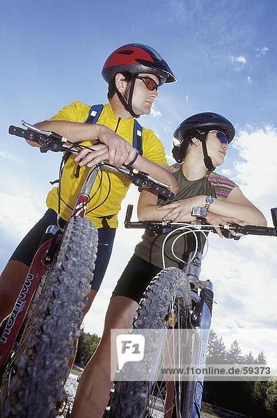 Untersicht Paares mit Fahrrädern