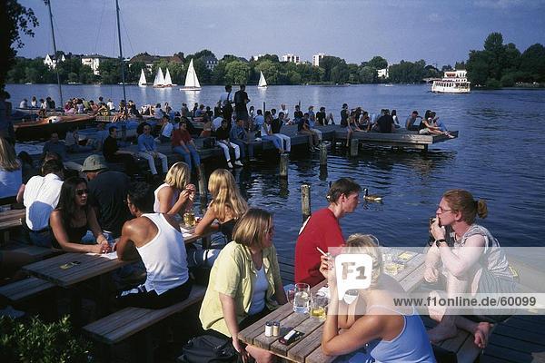 Touristen entspannenden an der K??ste am Steg  Alster See  Hamburg  Deutschland Touristen entspannenden an der K??ste am Steg, Alster See, Hamburg, Deutschland