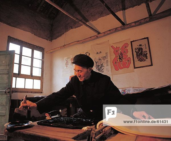China  A Shaanxi Xylographer bei der Arbeit