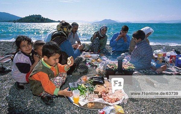 Enjoying Familie Picknick am Strand