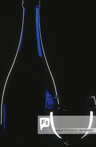 Nahaufnahme von Glas und Flasche Wasser