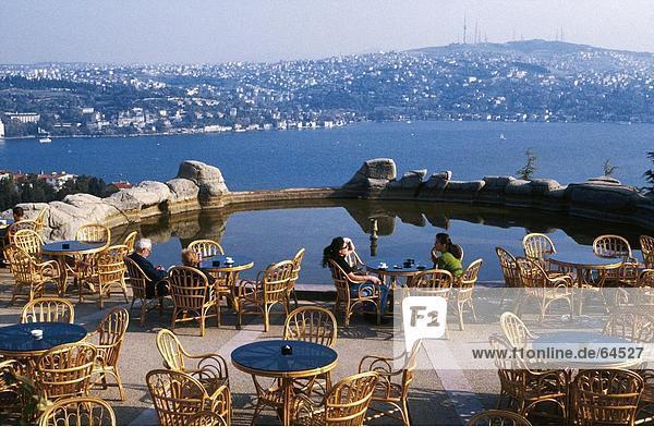 Touristen entspannenden auf einen Pool  Ulus Park  Istanbul  Türkei