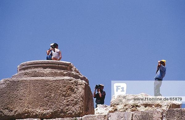 Untersicht Touristen fotografieren  Baalbek  Bekaa-Ebene im Libanon