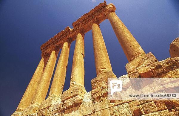 Untersicht der zerstörten Säulen  Jupiter-Tempel  Baalbek  Bekaa-Ebene im Libanon
