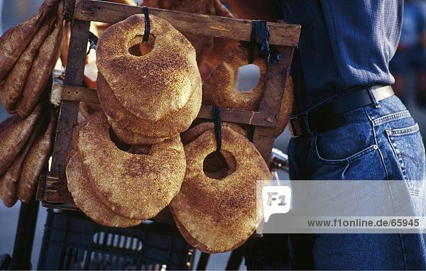 Mitte Schnittansicht des Menschen verkaufen libanesischen Brot  Beirut  Libanon