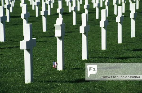 Kreuz in einer Tabellenzeile Kriegsdenkmal in der Normandie amerikanischen Friedhof und Memorial  Colleville-Sur-Mer  der Normandie  Frankreich