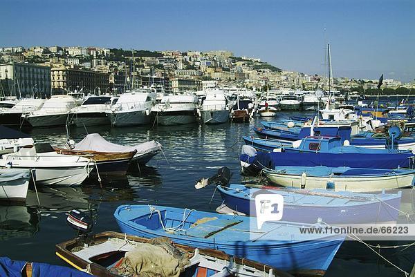 Boote vor Anker in Harbor  Neapel  Region Kampanien  Italien