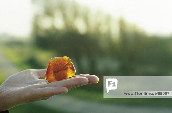 Nahaufnahme of amber Nugget auf menschliche Hand  Neuwerk  Hamburg  Deutschland