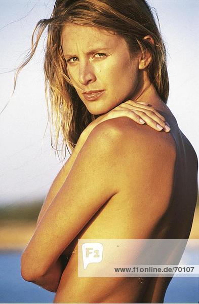 Porträt von nackte junge Frau am Strand