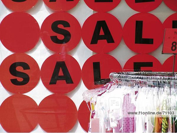 Gerahmt Verkauf Zeichen an Wand über Kleidung Schiene