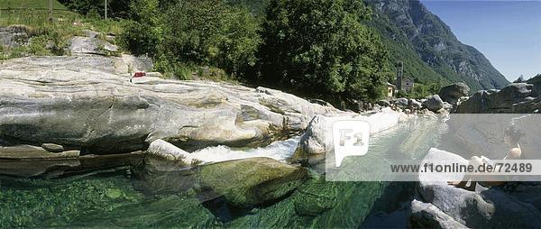 10303101  Felsen  Felsen  River  Fluss  Frau  Kirche  Lavertezzo  Menschen  Schweiz  Europa  Sit  Tessin  Tal der Verzasca
