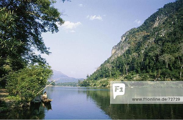 10370345  Berge  Boot  River  Fluss  Nam Ou  Frau  Landschaft  Laos  Asien  Provinz Luang Phabang  Palmen