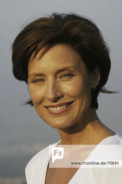 10642277  außen  braunen Haaren  Frau  lachen  lachen  Mittelalter  Alter Mensch  Ohrring  Porträt