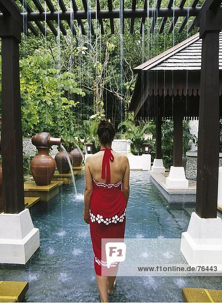 10644236  Frau  Hotel  Kurort  Bad  luxuriösem  Luxus  Malaysia  Asien  Pangkor sound Spa Village  Pool  Rückansicht  Wel