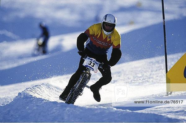 Mann  Sport  Fahrrad  Rad  rennen  Aktion  Schnee  Wintersport