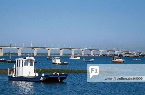Boote in River in der Nähe einer Brücke  Frankreich