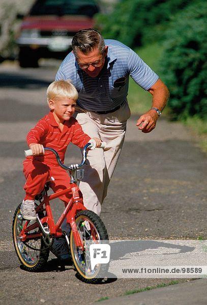 Familie. Großeltern. Im Freien. Fahrrad. Boy