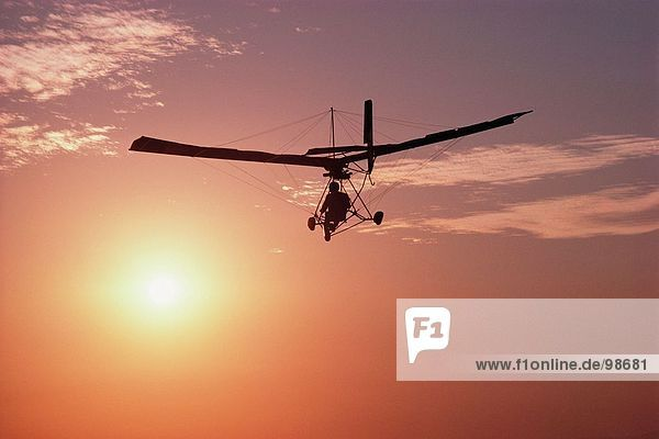 Transport. Im Luftverkehr. Ultraleicht-Flugzeuge. Sonnenuntergang Transport. Im Luftverkehr. Ultraleicht-Flugzeuge. Sonnenuntergang