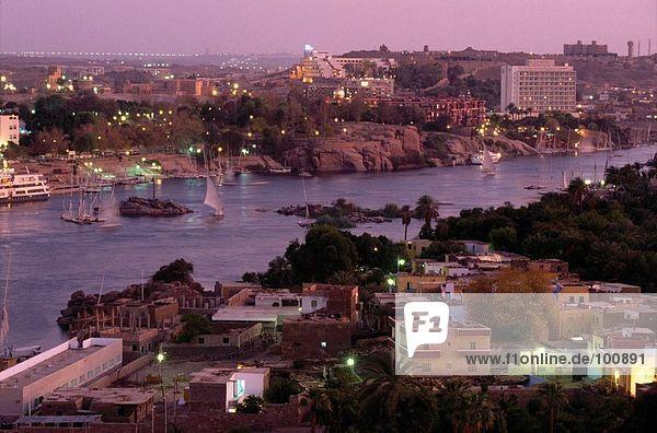 River fließt durch die Stadt bei Nacht  Assuan  Ägypten