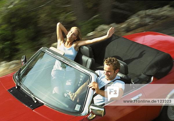 Paar im Cabrio