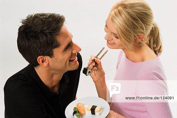 Pärchen essen Sushi