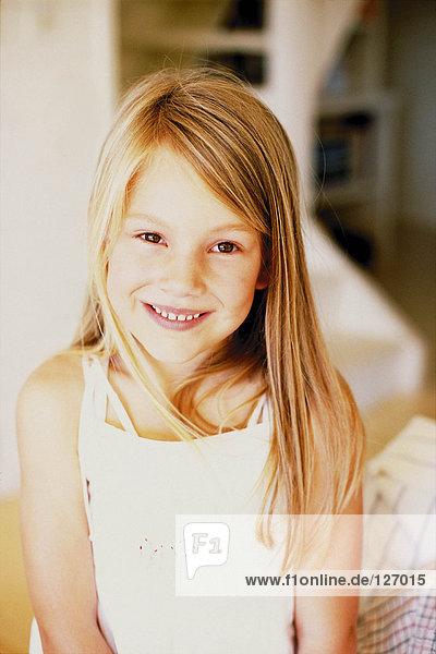 Lächelndes blondes Mädchen
