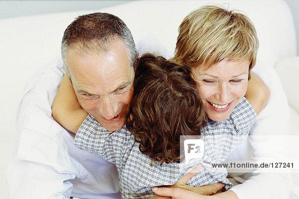 Junge umarmende Großeltern