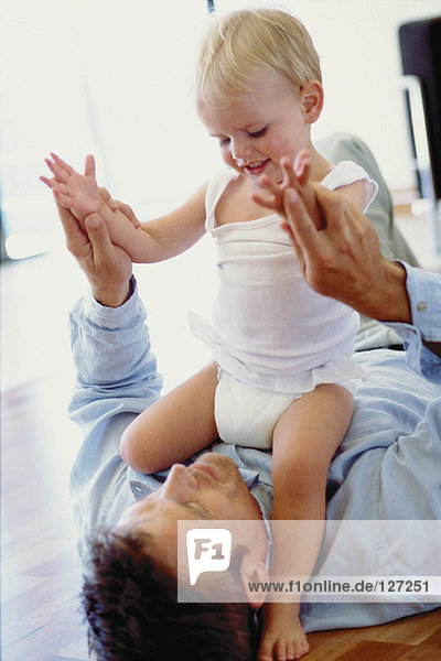 Vater spielt mit Kleinkind