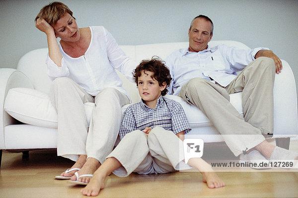 Trendige Großeltern mit Enkel zu Hause