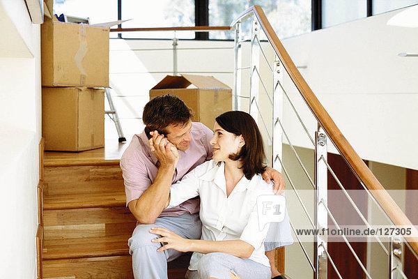 Junges Paar beim Auspacken im neuen Haus