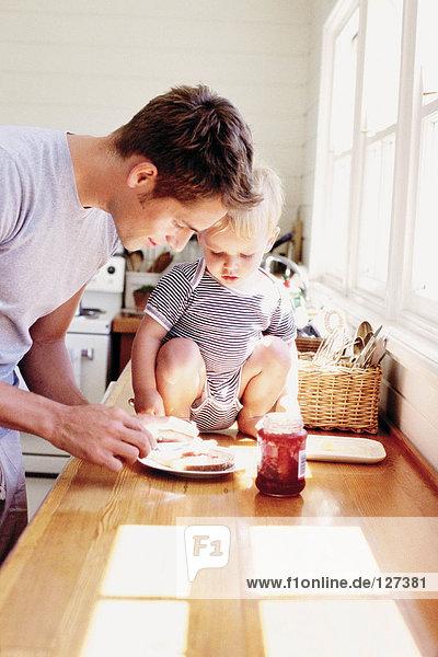 Vater und Kind beim Frühstücken