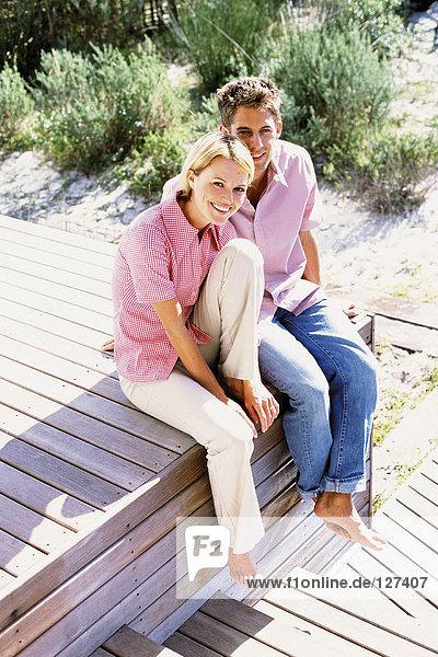 Paar in der Sonne sitzend