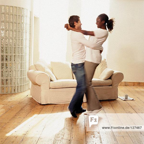 Pärchen tanzen zu Hause