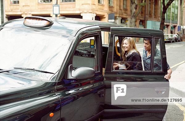 Paar nimmt ein Taxi