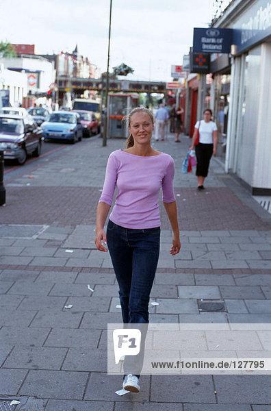 Mädchen  die auf der Straße spazieren gehen
