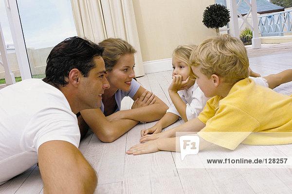Familie auf dem Boden liegend
