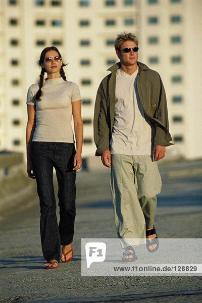 Paar beim Spaziergang im Freien
